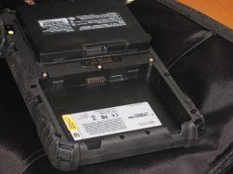 Akkufach mit SIM und Speicherkarte
